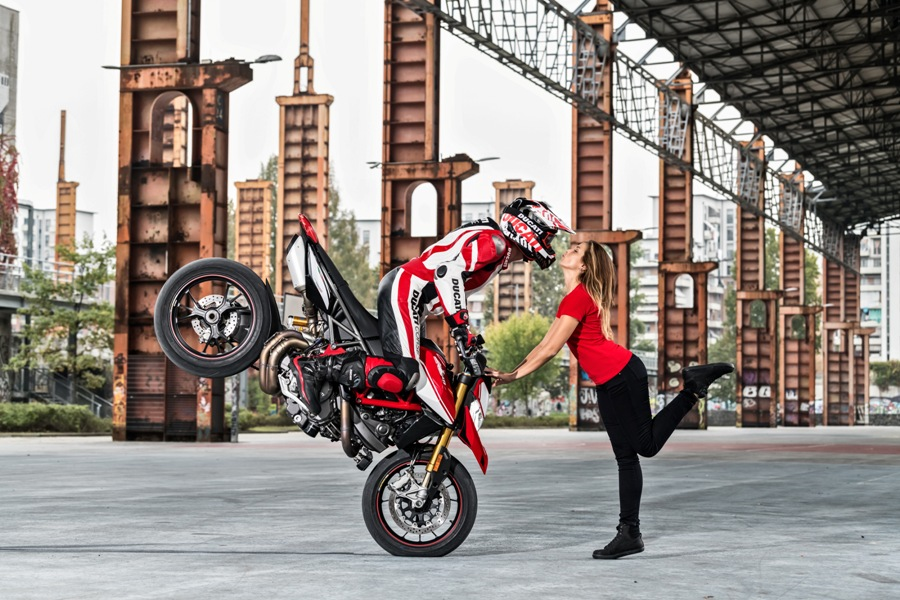 35 DUCATI HYPERMOTARD 950 SP ACTION UC69082 Mid