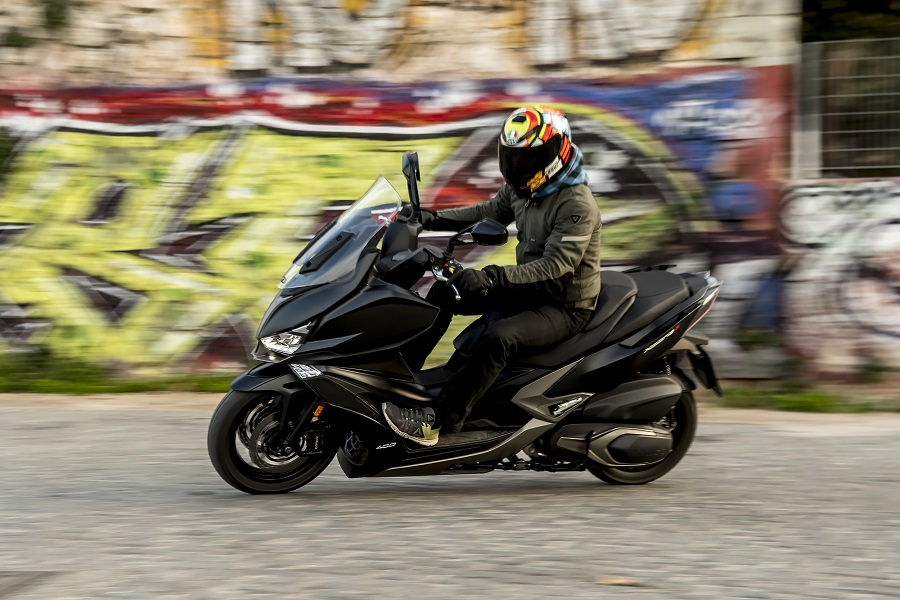 Kymco Xciting S 400i action 3